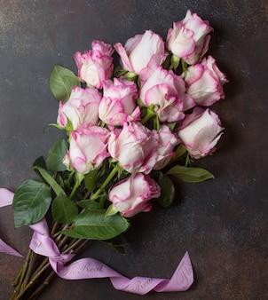 Rosa rosen auf dem tisch