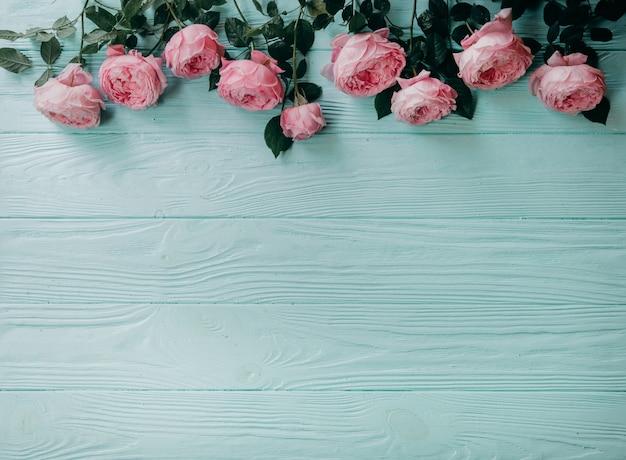 Rosa rosen auf einer blauen tabelle, sommerkonzept