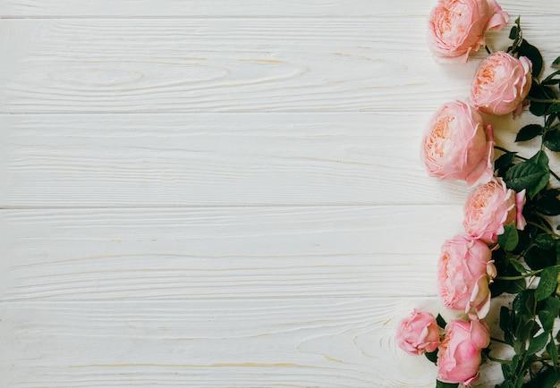 Rosa rosen auf einer weißen tabelle, sommerkonzept