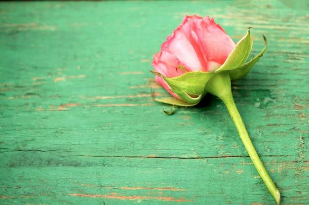 Rosa rosen auf hölzernem hintergrund