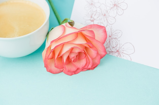 Rosa rosen, blumen, geschenk auf tisch
