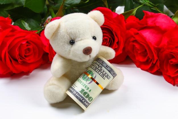 Rosa rosen mit dollarscheinen anstelle eines geschenks. vorlage für den 8. märz, muttertag, valentinstag.