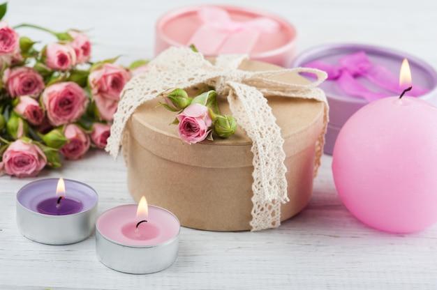 Rosa rosen mit geschenk und kerzen