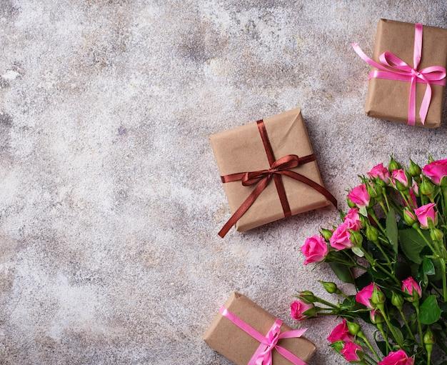 Rosa rosen und geschenkboxen mit bändern