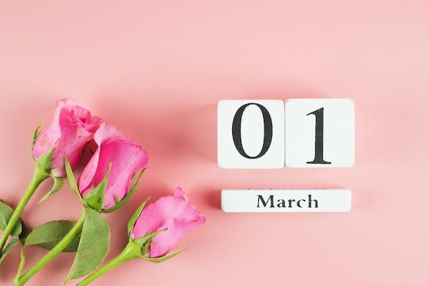 Rosa rosenblume und 1. märz kalender mit kopienraum für text. konzept der liebe, gleichberechtigung und des internationalen frauentags