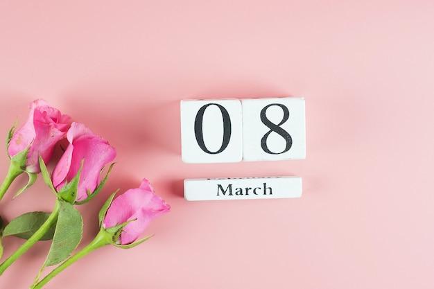 Rosa rosenblume und 8. märz kalender mit kopienraum für text. konzept der liebe, gleichberechtigung und des internationalen frauentags