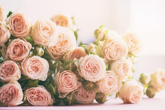 Rosa rosenblumenstrauß auf morgensonnenlicht. feiertagsfeierkonzept.