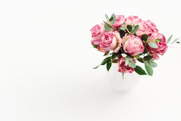 Rosa rosenblumenstrauß auf weißem hintergrund