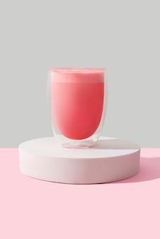 Rosa rosenmilchshake in einem transparenten glas. matcha latte vorlage für restaurant in einem minimalen stil.