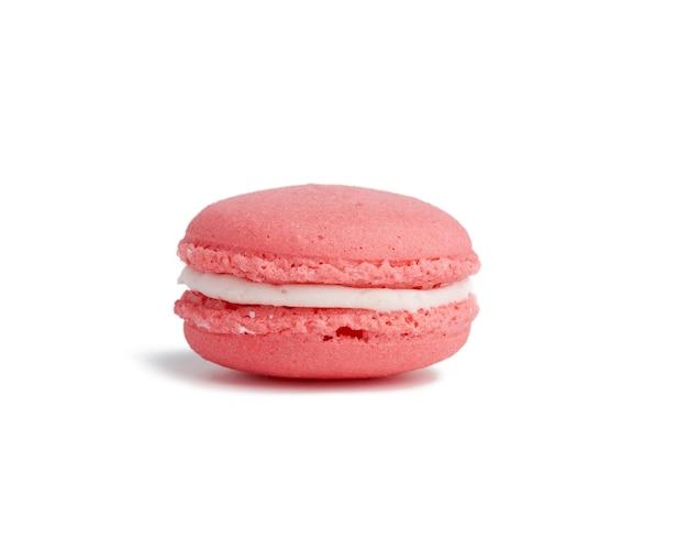 Rosa runde gebackene macaron lokalisiert auf einem weißen hintergrund, nahaufnahme