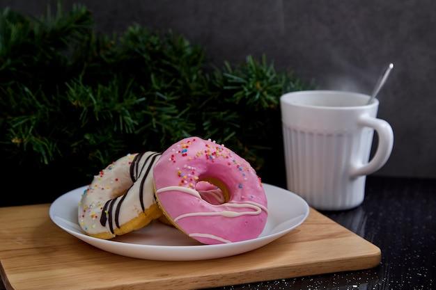 Rosa schaumgummiringe auf platte mit kaffee