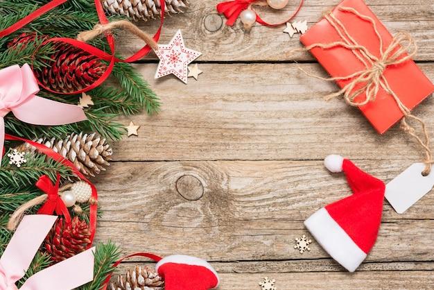 Rosa schleifen und dekorationen für weihnachten auf dem tisch.