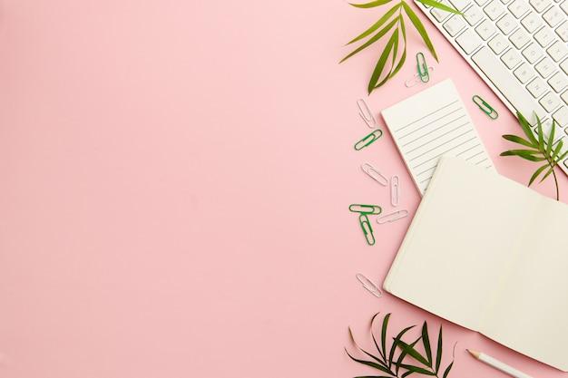 Rosa schreibtisch der berufstätigen frau mit kopienraum
