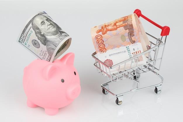 Rosa schweinchen sparbüchse, dollar und rubel banknoten