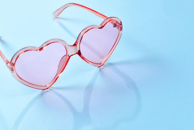 Rosa sonnenbrille auf einem blauen hintergrund