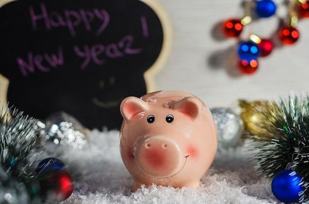 Rosa sparschwein auf weihnachtshintergrund