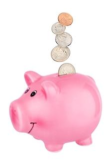 Rosa sparschwein mit fallenden us-cent-münzen lokalisiert auf weißer oberfläche