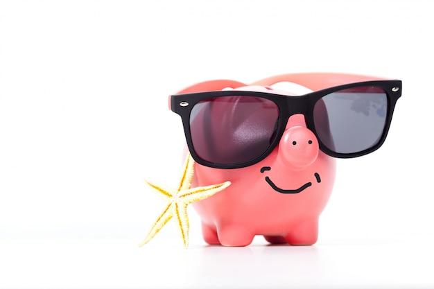 Rosa sparschwein mit gläsern und seestern