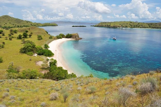 Rosa strand, einer der tropischen strand in flores island, indonesien