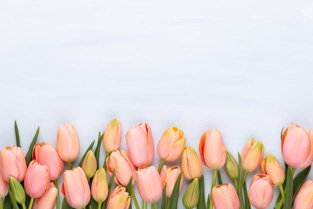 Rosa tulpe auf dem weinleseholz