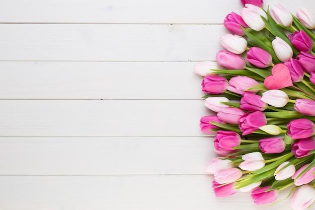 Rosa tulpe auf dem weißen hintergrund. osterhintergrund.