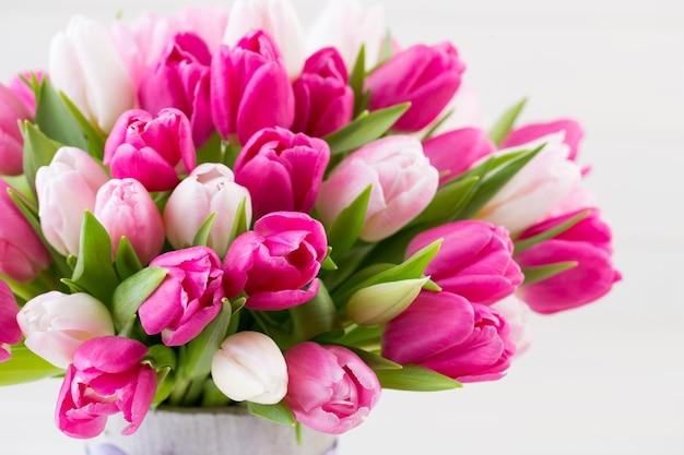 Rosa tulpe auf der weißen oberfläche.
