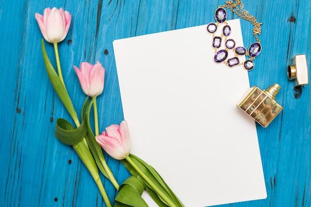 Rosa tulpen auf einem blauen holzbrett
