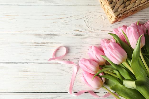 Rosa tulpen auf hölzernem hintergrund, draufsicht