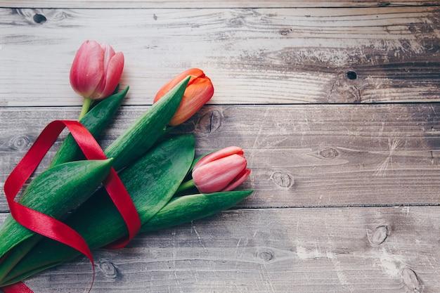 Rosa tulpen auf hölzernem hintergrund