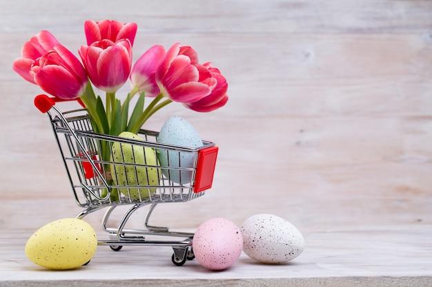Rosa tulpen, frühlingsblumen und osterdekoration.