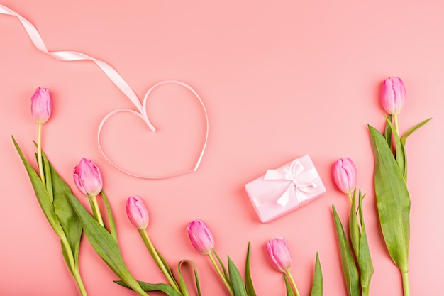 Rosa tulpen und geschenkbox