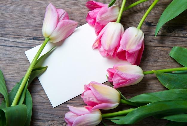 Rosa tulpen und karte