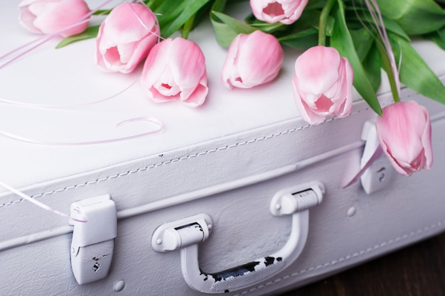 Rosa tulpen, weiße weinlesekoffer. konzept valentine day.