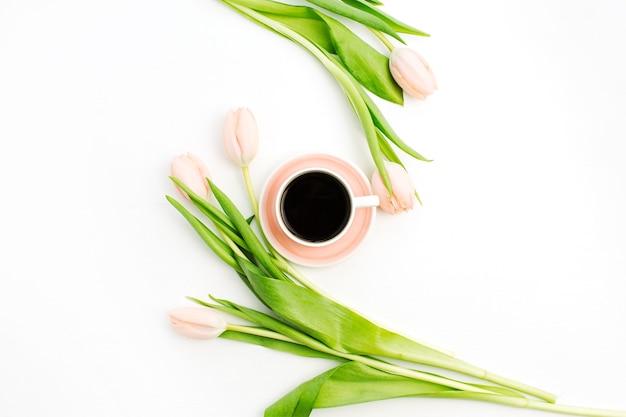 Rosa tulpenblumen und tasse kaffee