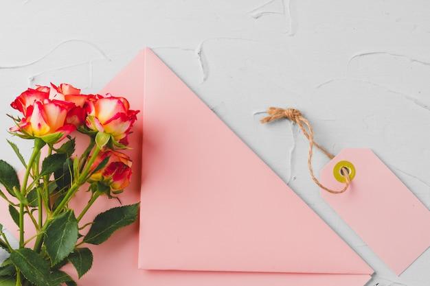 Rosa umschlag mit blumen. romantischer brief