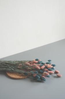 Rosa und blaue blumenblattblumenanordnung