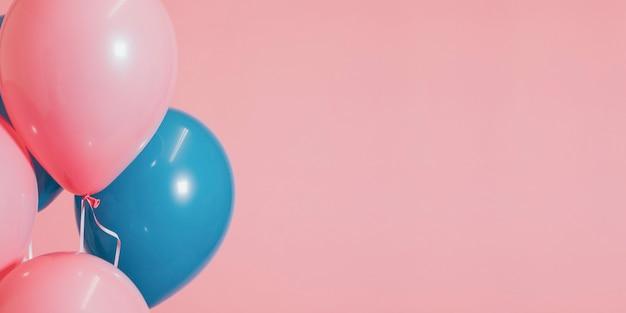 Rosa und blaue luftballons für eine geburtstagsfeier