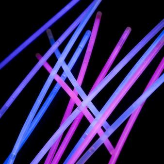 Rosa und blaulichtröhre auf schwarzem hintergrund