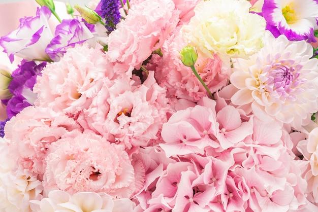 Rosa und lila blumenstrauß in einer rosa box lokalisiert auf weißem hintergrund.