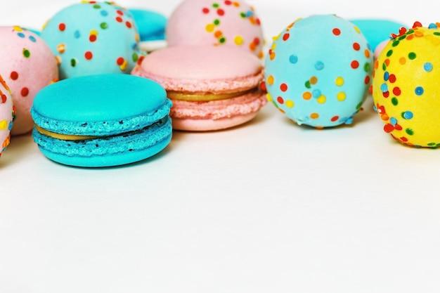 Rosa und mintgrüne makronen und bunte cake pops köstliche mehrfarbige mandelkekse