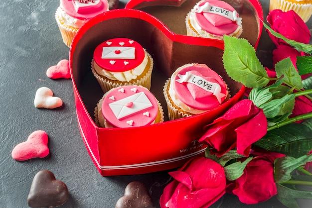 Rosa und rote kleine kuchen des valentinstags