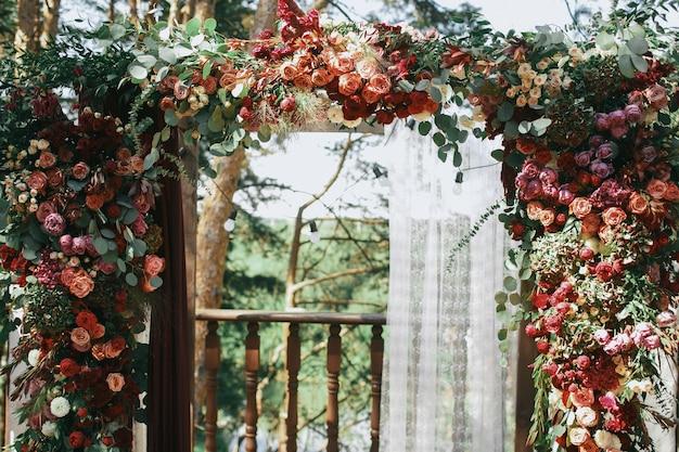 Rosa und rote speerwerfer dekorierten hochzeitsaltar