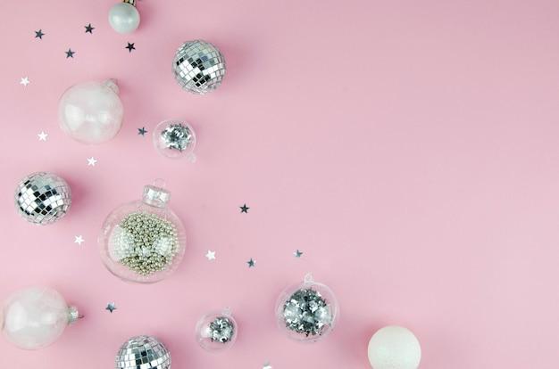 Rosa und silberne weihnachtsschmuckdekorationen hintergrund