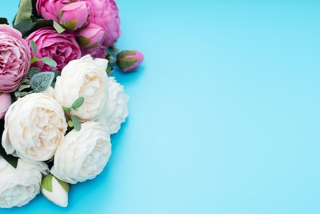Rosa und weiße blumen auf blau