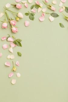 Rosa und weiße blumen auf grünem papierhintergrund