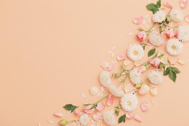 Rosa und weiße blumen auf papierhintergrund
