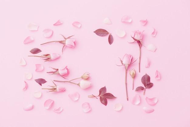 Rosa und weiße blumen auf rosa papierhintergrund