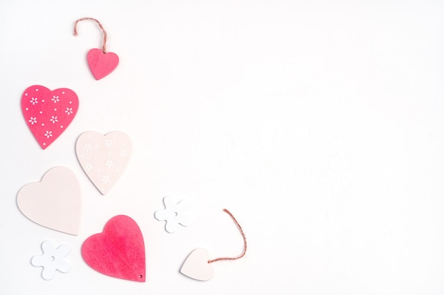 Rosa und weiße herzen auf weißem hintergrund. draufsicht. das konzept des valentinstags.