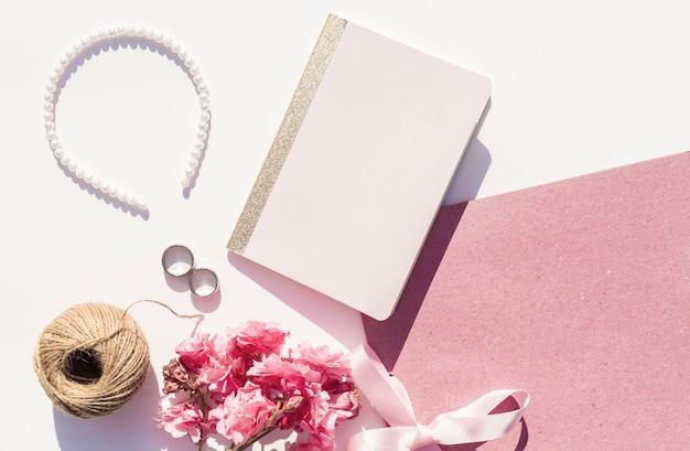 Rosa und weiße hochzeitsanordnung