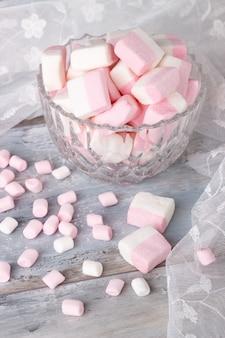 Rosa und weiße marshmallows